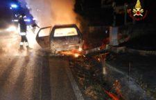 Auto in fiamme nella notte a Feltre.