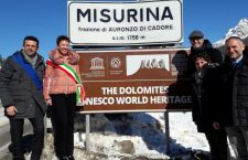 """Auronzo installa il primo cartello veneto """"Dolomiti Patrimonio dell'Umanità"""" ."""