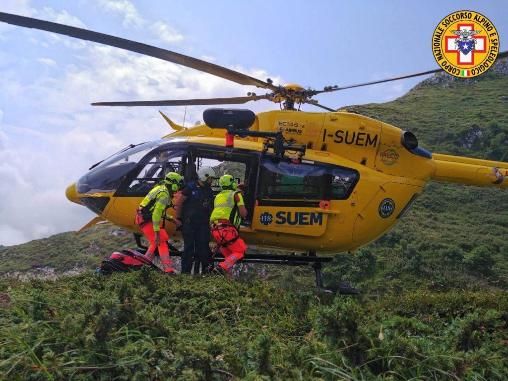Montagna: doppia uscita dell'elicottero per soccorrere ragazza colta da malessere.