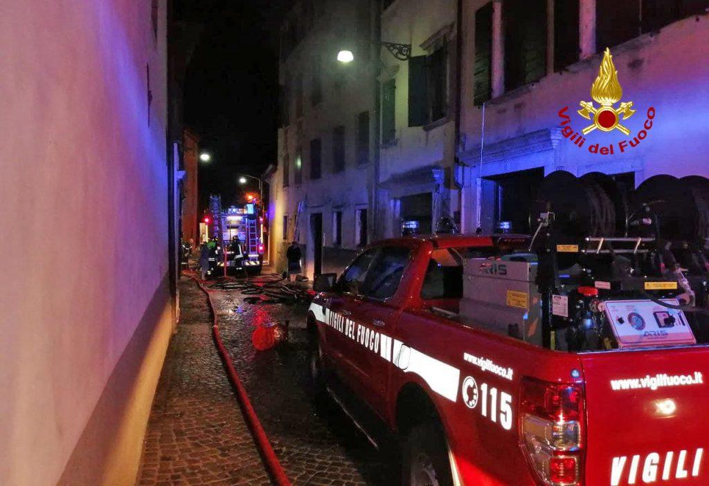 Belluno: incendio in abitazione, 2 persone intossicate e 12 evacuati.