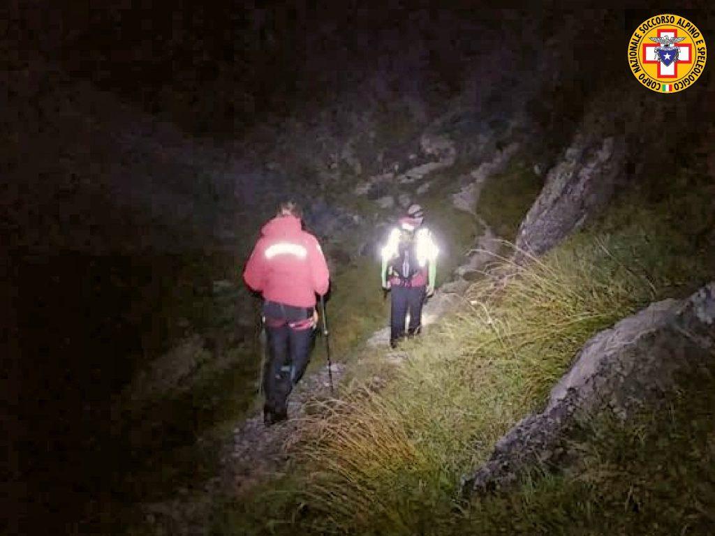 Cammina più lentamente degli amici, rimasta sola si perde: salvata nella notte dal Soccorso Alpino